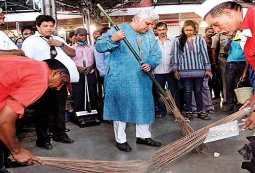 Javed-Akhtar-cleans-Mumbai-central-station2