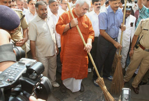 Manoj Sinha, MoD-Railways participating in the Abhiyan at CST Railway Station2