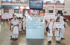 Kids promoting cleanliness at Mumbai Central